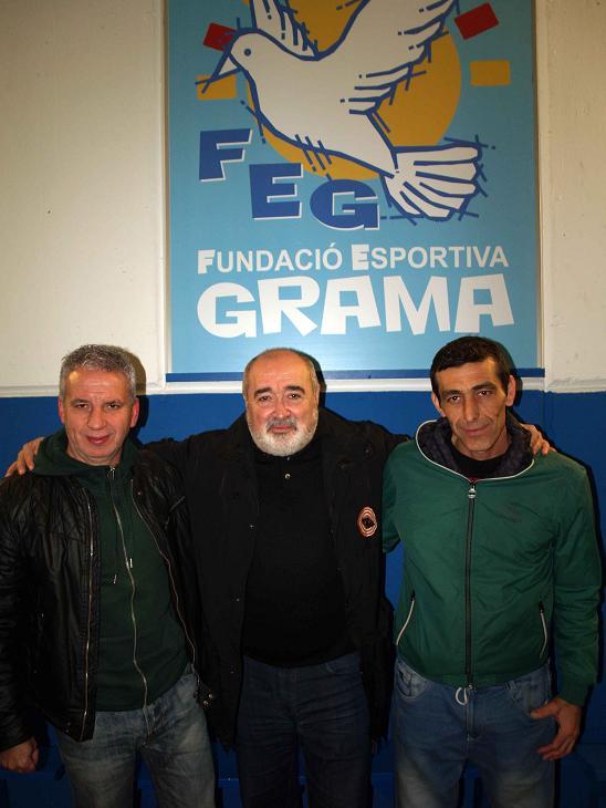 Banda se acompaña del presidente de la Fundació Grama, Antonio Morales, y del ex jugador de la Grama
