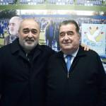 Genís Vera posa con el president de la FEG, Antonio Morales, en la oficina en el Nou Municipal de Santa Coloma