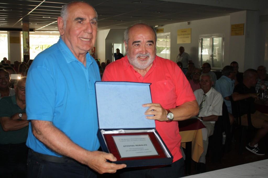 Antonio Morales recull la placa de mans de José Maria Calzón.